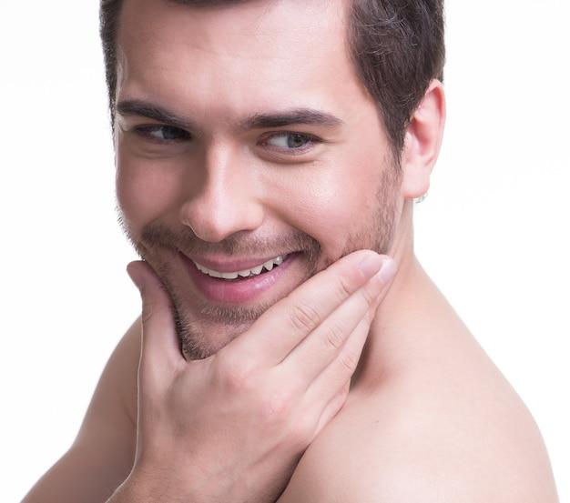 흰색 절연-얼굴 근처 손으로 행복 하 게 웃는 젊은 남자의 클로 우즈 업 초상화.