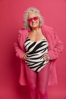 Крупным планом портрет счастливой морщинистой модной бабушки