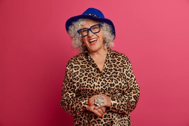 幸せなしわのファッショナブルなおばあちゃんの肖像画をクローズアップ