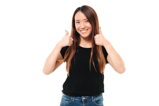 손가락 제스처를 보여주는 행복 한 젊은 아시아 여자의 클로 우즈 업 초상화