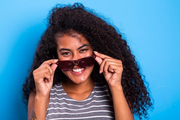 웃 고 행복 한 젊은 흑인 여자의 초상화를 닫습니다.