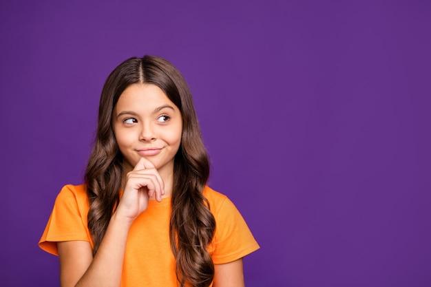 Портрет крупным планом, она милая привлекательная очаровательная милая милая хитрая лиса веселая волнистая девушка, создающая умную идею, изолированную на ярком ярком блеске, ярком лиловом фиолетовом фиолетовом цветном фоне