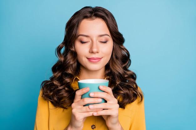 Макро портрет ее она красивая привлекательная веселая веселая мечтательная спокойная волнистая девушка держит в руках чашку латте.