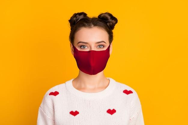 밝고 선명한 노란색 배경에 격리된 새로운 최신 유행의 참신한 빨간색 안전 마스크 메르스 코브 감염 면역 관리 위생을 쓴 그녀의 멋진 매력적인 건강한 소녀의 클로즈업 초상화