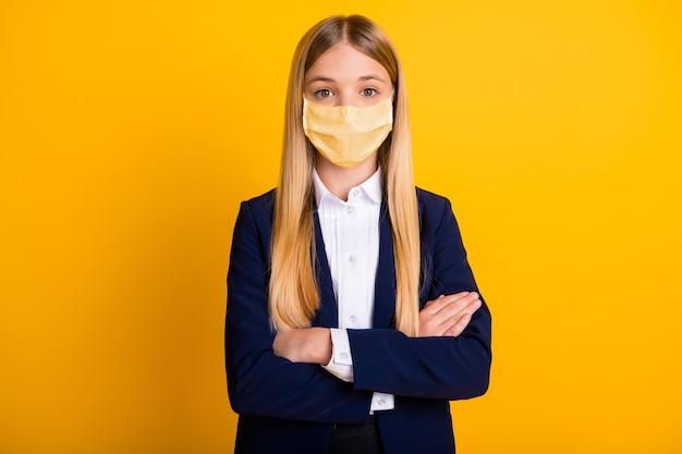Крупным планом портрет ее она красивый привлекательный длинноволосый школьник в защитной маске, скрестив руки, mers cov, профилактика заболеваний ухань, изолированный яркий яркий блеск, яркий желтый цвет фона