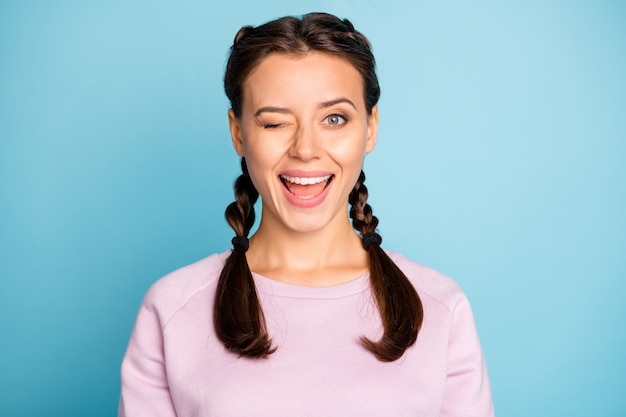 그녀의 클로즈 업 초상화 그녀는 좋은 매력적인 사랑스러운 매력적인 기쁜 쾌활한 쾌활한 소녀 소녀 윙크 밝은 생생한 광택 생생한 푸른 녹색 청록색 청록색에 고립 윙크