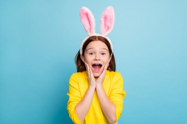 그녀의 클로즈 업 초상화 그녀는 좋은 매력적인 사랑스러운 귀여운 재미 놀란 쾌활한 명랑 소녀 토끼 귀를 입고 밝은 생생한 빛나는 생생한 파란색 위에 절연 재미 뉴스 반응