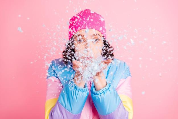Макро портрет ее она милая привлекательная прекрасная фанк девушка метель, весело дурачиться, наслаждаясь изолированными на розовом пастельном фоне
