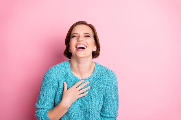 Портрет крупным планом она милая привлекательная милая обрадовалась веселая жизнерадостная шатенка смеется, издеваясь над издевательствами