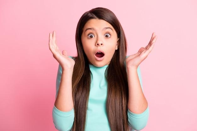 그녀의 클로즈업 초상화는 핑크색 파스텔 색상 배경에서 격리된 멋진 매력적인 꽤 귀여운 매력적인 걱정스러운 기절한 긴 머리 소녀의 놀라운 뉴스 반응