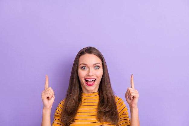 彼女の素敵な魅力的なかなり恍惚とした陽気な陽気な嬉しい女の子のクローズアップの肖像画は、バイオレットパープルライラックパステルカラーで分離された広告広告の新しいノベルティコピースペースを表示します