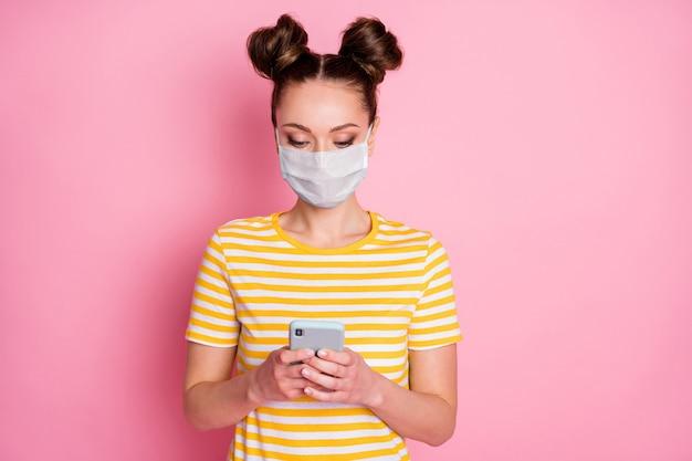 ガジェットアプリ5gショッピングオーダーを使用して安全マスクを身に着けている彼女の素敵な魅力的なかなり焦点を絞った女の子のクローズアップの肖像画家にいる社会的な距離を保つmerscov分離されたパステルピンク色の背景