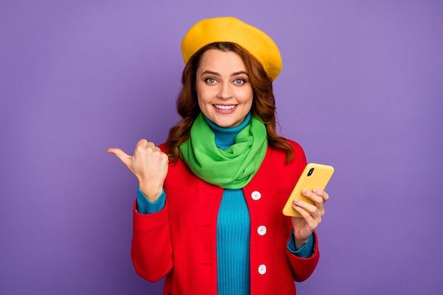 보라색 라일락 보라색 파스텔 색상 배경 위에 격리된 셀 포인팅 엄지 광고 광고를 사용하여 그녀의 멋지게 보이는 매력적인 사랑스럽고 세련된 쾌활한 물결 모양의 머리 소녀의 클로즈업 초상화
