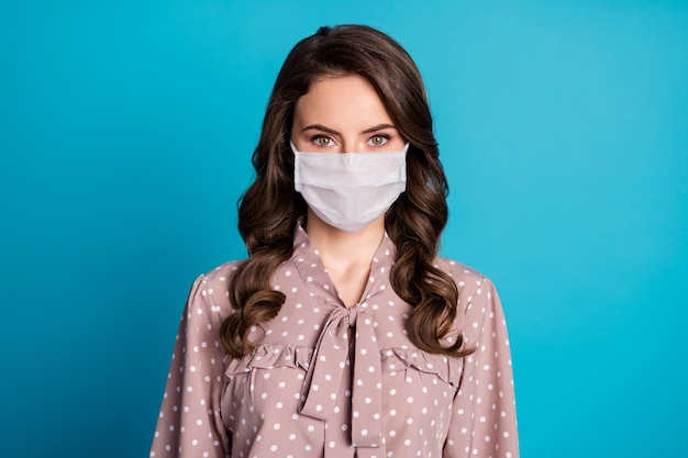 Крупным планом портрет ее красивой привлекательной привлекательной довольно милой волнистой девушки в маске безопасности, остановившей заражение, болезнь, болезнь, болезнь, пандемия, изолированные на синем цветном фоне