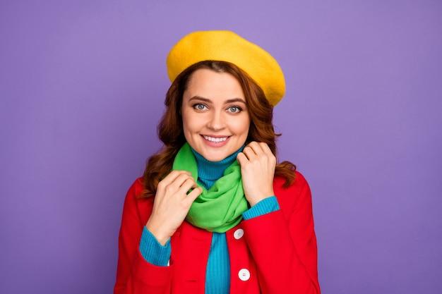 보라색 라일락 보라색 파스텔 색상 배경 위에 격리된 스카프를 고정하는 그녀의 멋지게 보이는 세련된 매력적인 사랑스러운 매력적인 꽤 쾌활한 물결 모양의 머리 소녀의 클로즈업 초상화