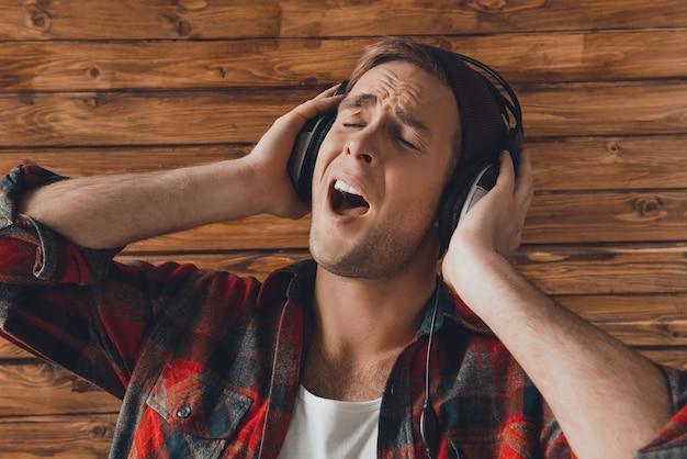 힙합 남자 듣는 음악과 노래의 초상화를 닫습니다