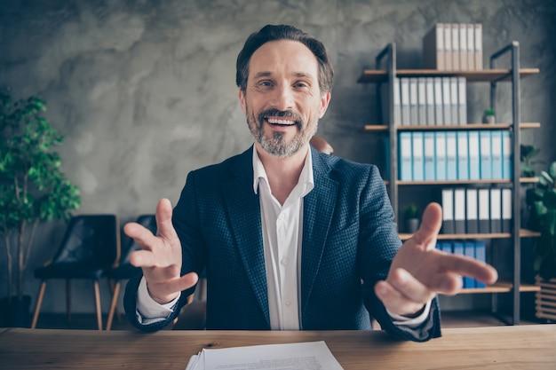 그의 멋지고 쾌활한 친절한 남자 보험 영업 전문가 컨설팅 고객의 클로즈업 초상화 현대 콘크리트 산업 작업장에서 약속 브리핑
