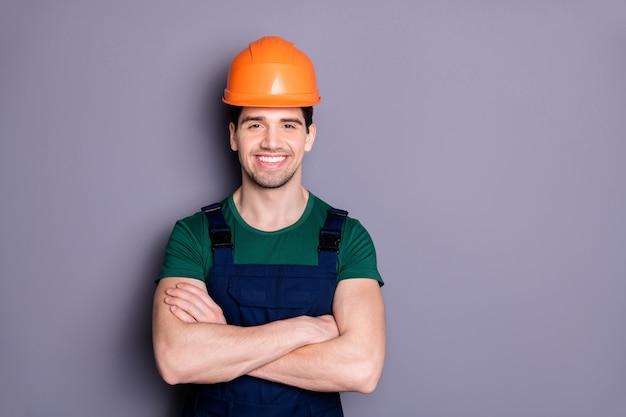 Портрет крупным планом он красивый привлекательный мужественный сильный мощный веселый веселый довольный парень ремонтник мастер быстрое обслуживание скрестив руки, изолированные на серой фиолетовой фиолетовой стене пастельных тонов
