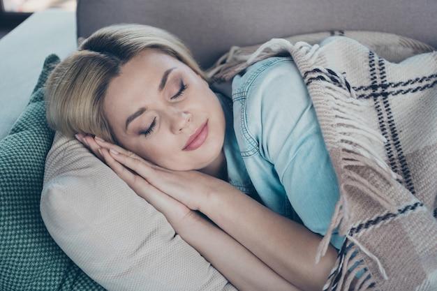 Крупным планом портрет дамы, лежащей на диване, покрытом клетчатой вуалью для сна