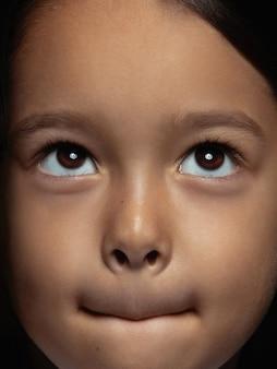 작고 감정적 인 아시아 여자의 초상화를 닫습니다. 잘 관리 된 피부와 밝은 표정으로 여성 모델의 매우 디테일 한 사진 촬영. 인간 감정의 개념. 의심, 불확실성, 선택.