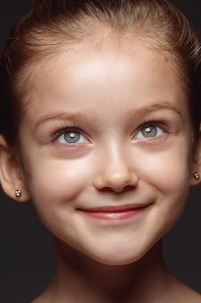 小さくて感情的な白人の女の子の肖像画を閉じます。