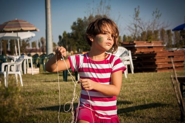 어린 소녀의 초상화를 닫습니다 시골 초원을 재생