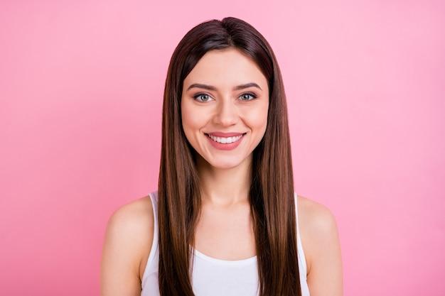 愛らしいwinsomeかなり魅力的な陽気な女の子のクローズアップの肖像画