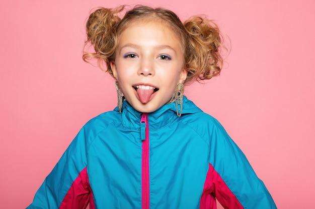 Макро портрет прекрасной сладкой любопытной веселой веселой умной умной девушки изолировал розовую пастельную стену