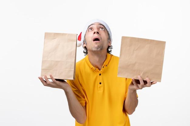 고립 된 산타 모자를 쓰고 남성 택배의 초상화를 닫습니다
