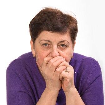 흰색에 입에 손으로 성숙한 여자의 클로즈업 초상화
