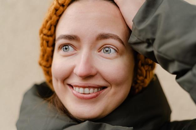 밀레 니얼 젊은 여자, 행복하고 겨울 복장에 야외에서 종료의 초상화를 닫습니다. 학생