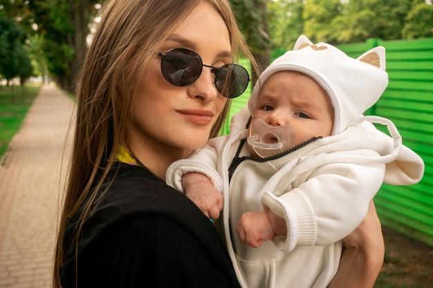 Крупным планом портрет мамы с новорожденной дочерью