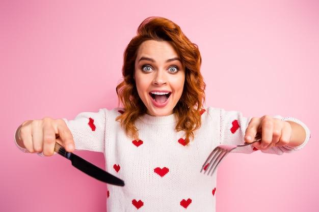 手に持っている素敵な魅力的な中毒の陽気なセクシーな女の子のクローズアップの肖像画食器おいしいおいしい食事速い配達食べ過ぎ