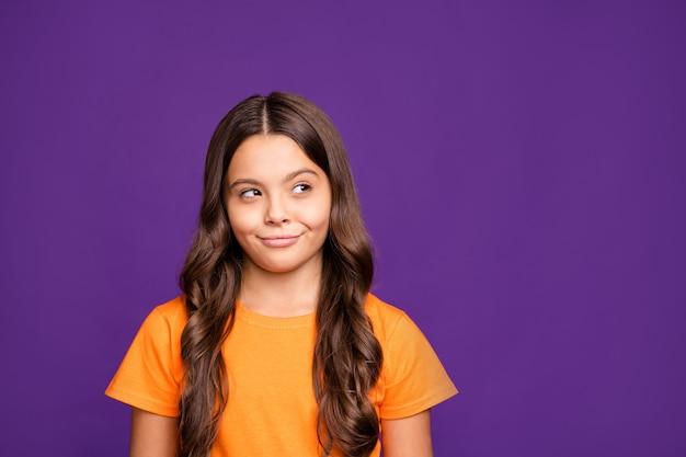 Макро портрет красивой привлекательной очаровательной прекрасной милой хитрой лукавой веселой волнистой девушки, создающей новую идею, изолированную на ярком ярком сиянии, ярком лиловом фиолетовом фиолетовом цветном фоне