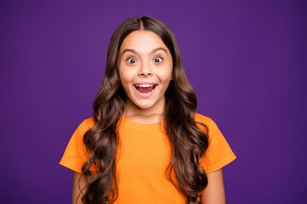 Портрет крупным планом красивой привлекательной очаровательной обрадованной смешной веселой веселой волнистой девушки, вау, выражение лица, изолированное на ярком ярком блеске, ярком лиловом фиолетовом фиолетовом цветном фоне