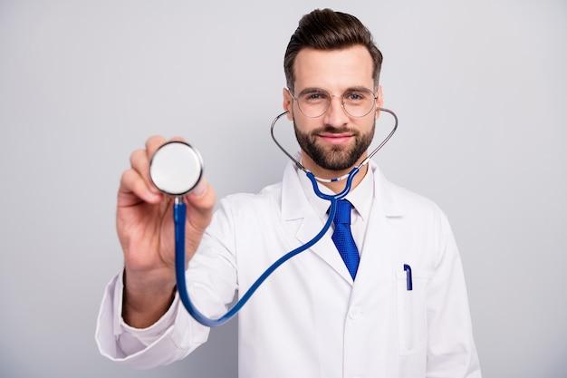 Крупным планом портрет красивого привлекательного веселого вида бородатого доктора, слушающего ваше дыхание, сердцебиение, первая помощь, помощь, помощь, визит пациента, изолированный на светло-белом сером пастельном цвете