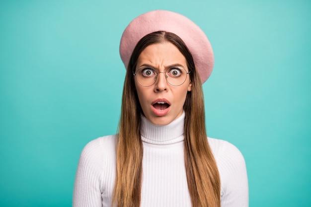 素敵な魅力的な素敵なかなり憤慨した不満のストレートヘアの女の子のクローズアップの肖像画明るい鮮やかな輝き鮮やかな青い色の背景の上に分離された偽の否定的なニュースの反応