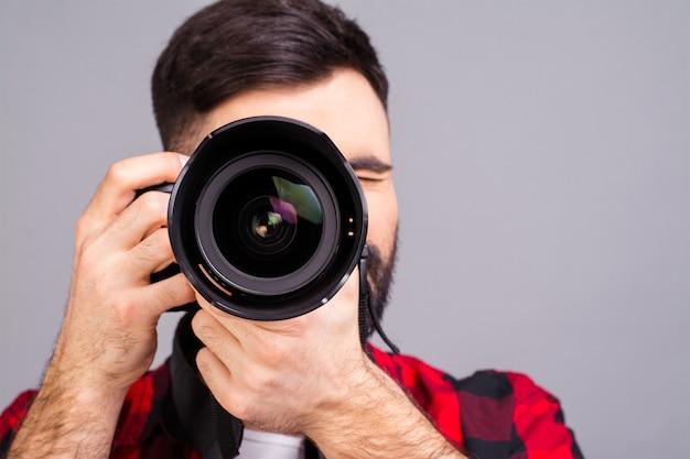 デジタルカメラで写真を撮る写真家の肖像画をクローズアップ