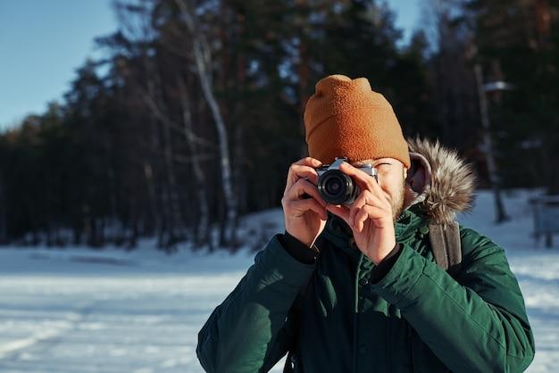 빈티지 카메라와 함께 사진 작가의 초상화를 닫습니다