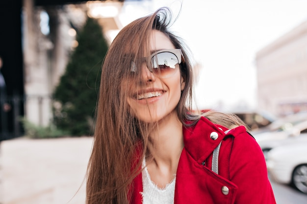 大きなサングラスをかけた快適なヨーロッパの女性のクローズアップの肖像画