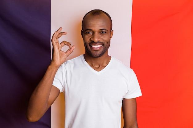 확인 표시를 보여주는 긍정적 인 쾌활한 남자 교환 프로그램의 클로즈 업 초상화