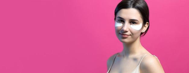 Крупным планом портрет довольно привлекательной девушки с обнаженными плечами с использованием пятен под глазами