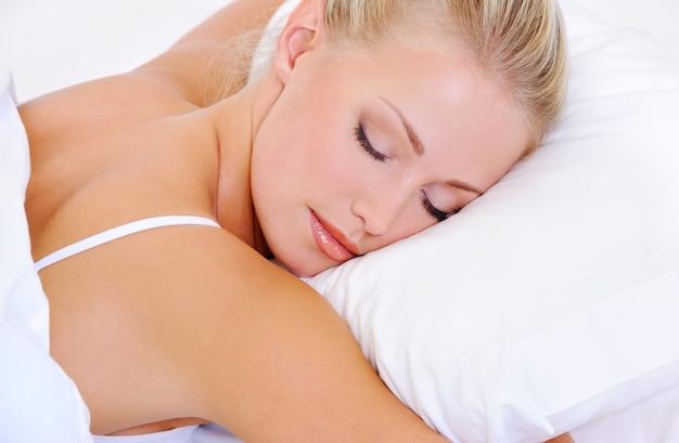 Крупным планом портрет довольно спящей красивой молодой женщины