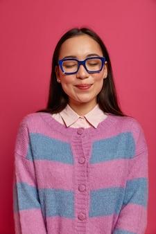 孤立したかなり若い女性の肖像画をクローズアップ