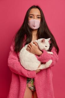 고립 된 보호 얼굴 마스크를 쓰고 예쁜 젊은 여자의 초상화를 닫습니다