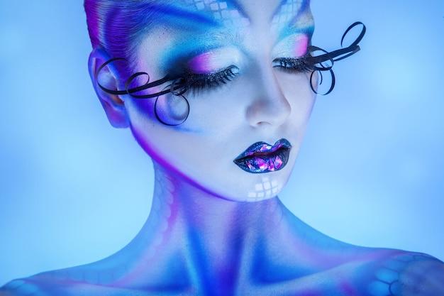 건강한 피부와 창조적 인 바디 아트와 관능적 인 여자의 초상화를 닫습니다