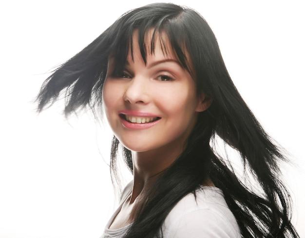 아름다운 미소를 가진 섹시한 백인 젊은 여성의 클로즈업 초상화