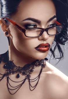 目をそらしている眼鏡のセクシーな先生の肖像画をクローズアップ