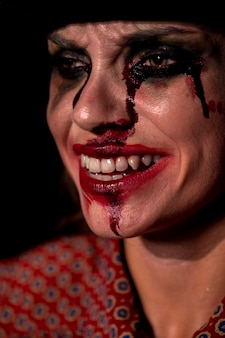 Портрет крупным планом смайлик макияжа женщины