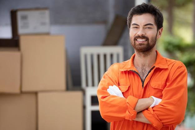Крупным планом портрет улыбающегося доставщика